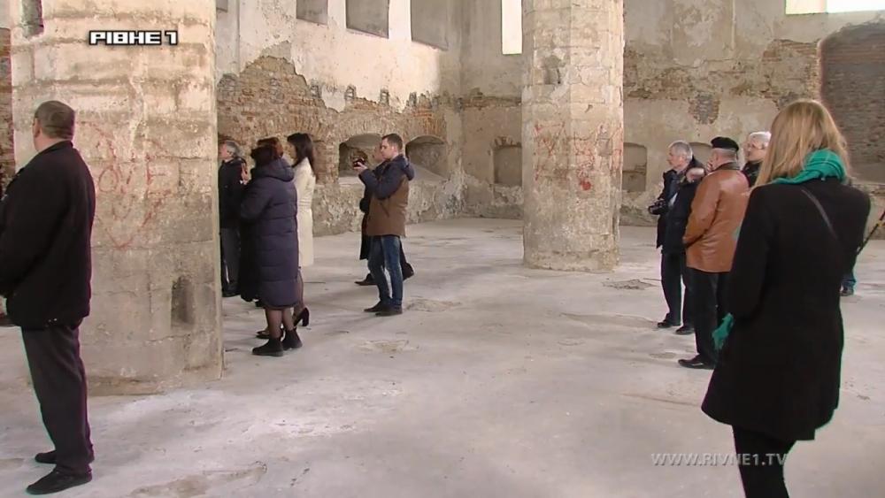 В Острозі реставрують величну синагогу.mp4_snapshot_01.10_[2017.04.29_20.57.07].jpg