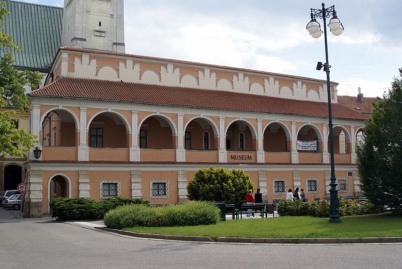 226641277_800px-Prostjov_-_Star_Radnice_-_Old_Town_Hall_1521-1530_Renaissance.jpg.7bebaab17448a9e7df04dad348a4bfc9.jpg